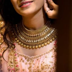 Accessorising your Traditional Look with Traditional Gold Necklace - List of the best jewelry Indian Jewelry Sets, Indian Wedding Jewelry, Bridal Jewelry Sets, Indian Bridal, Bridal Jewellery, Indian Accessories, Wedding Accessories, Amrapali Jewellery, Engagement Jewellery