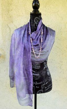 sciarpa in pongé di seta tinta e stampata a mano con legno tauro, figlie di rosa e erba gramigna #bleupomdesign