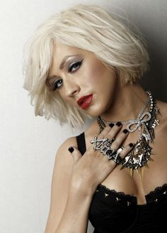 Christina Aguilera is the living legend of Pop music who always impresses on the red carpet! From hit music to the silver screen, Christina Aguilera is a true top celebrity! Check out Christina Aguilera's movie Burlesque Christina Aguilera Blonde Balayage, Blonde Highlights, Short Hair Cuts For Women, Short Hair Styles, Nice Short Haircuts, Divas, Top Celebrities, Celebs, Kelly Osbourne