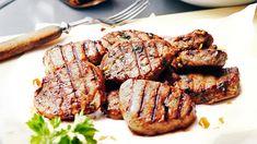Itsetehty marinadi maustaa porsaan maukkaaksi. Sisäfilee paistuu nopeasti grillissä, kun leikkaat sen pieniksi pihveiksi. Barbecue, Steak, Pork, Beef, Cooking, Recipes, Kale Stir Fry, Meat, Kitchen