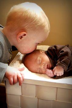 Niñ@ besando a bebé