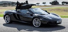 McLaren MP4-12C Spider. Una vera astronave su quattro ruote dotata di tecnologia da Formula 1 che raggiunge la velocità massima di 329 km/h.