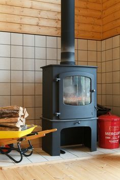 薪ストーブのコーナー。床と壁には耐熱タイルが張られている。