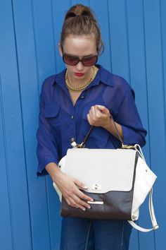Camisa com bolsos com lapela frontais e manga 3/4.