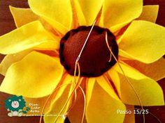 Eu Amo Artesanato: Flor Girassol em Feltro com molde Crafts, Salvador, Sunflower Flower, Sunflower Party, Felt Dolls, Accent Pillows, Masha And The Bear, Peso De Porta, Sunflowers