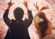 ラブラブな写真の撮り方は、こう*二人の指で作る「LOVE」ポーズの後姿ショットにきゅん♡のトップ画像