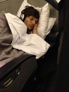 hazzology: So apparently my dad's friends sister is a flight attendant and she snUCK A PICTURE OF SLEEPING LOUIS??!!