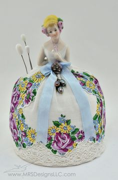 Vintage Half Doll this inspired me to buy a half doll - or a plastic doll and make it a halfer and build a pincushion like this one! Antique Dolls, Vintage Dolls, Vintage Sewing, Poppy Parker, Plastic Doll, Half Dolls, Dolls Dolls, Doll Head, Sewing Accessories