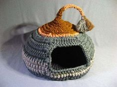 Crocheted Cat Cave Pet house Pet Bed Gray and Brown with tassel for playing - susanne kunze - Pet Fashion Chat Crochet, Love Crochet, Crochet Pet, Cat Basket, Cat Cave, Diy Dog Bed, Thick Yarn, Cat Crafts, Pet Beds