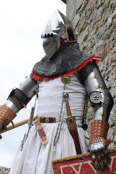 Breton squire armor of the Monfort party, around 1350.     Inspired by the effigie of John Blanchefront (Church of St Lawrence, Worcestershire, England)   Under the white surcoat, the armor consists of a gambeson, a haubert in flat riveted ring (8mm) and a coat of plate covered with silk.   more pictures of the group on facebook : https://www.facebook.com/pontcroix1350/   and website : http://www.pont-croix1358.bzh/