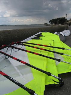 Brand new Goya Surf windsurf sails rigged up and ready to go out on beginners windsurf lessons at the Poole Windsurfing School. Superior construction, lighter weight and a big range of sail sizes means everyone coming to Poole Windsurfing will be getting the best possible start whilst learning a great new sport. #windsurfingequipment #windsurfschool #goyawindsurfing #poolewindsurfing