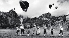 Das pure Leben in Stadt und Land im Bild | Das Platteln, das Dirndl und die Lederhose kennen die Kinder der Kindertrachtengruppe Filzmoos gut. Vor Freude werfen sie ihre Hüte in die Höhe. | Bild: SN/verlag anton pustet/groeger- Salzburger Nachrichten - SALZBURG.COM