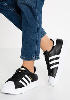 buy popular 48a28 809fb Adidas Originals SUPERSTAR BOLD Baskets basses core black white gold  metallic white