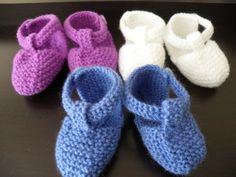 Chaussons pour bébé en forme de chaussures en jean, au point mousse. Taille 3 mois. Aiguilles N°3. Tailles : 3 mois Fournitures Fils à tricoter Phildar, qualité « Cabotine » (55% coton, 45% acrylique) : 1 pel. col. Denim. Aig. n°3. 2 boutons Point employé...