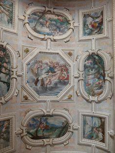 Palacio. Pinturas restauradas de sala del primer piso.