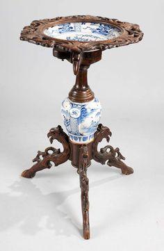 Historismus-Blumenstand Nussbaum, dreiteiliges Fußgestell, beschnitzt in Form von Adlern, im Mittel
