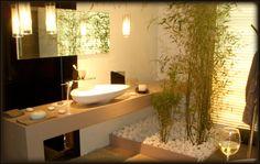 salle de bain zen avec blanc, bois, bambous