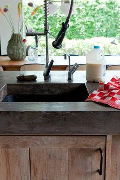 Betonlook keukenblad. Concrete countertops, charcoal. LOVE THAT SINK.
