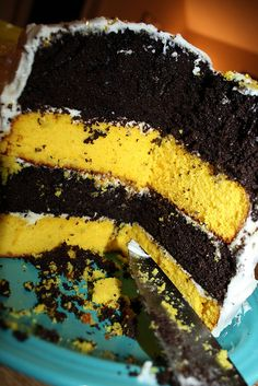 Perfect for pittsburghbumble bee cake: chocolate & yellow cake. Perfect for pittsburgh Bumble Bee Cake, Bumble Bee Birthday, Bumble Bee Transformer Cake, Bee Birthday Cake, Birthday Ideas, Yellow Birthday, Bee Cakes, Cupcake Cakes, Fete Anne