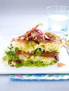 Schichtsalat deluxe mit Parmaschinken, Weintrauben und Tête-de-Moine-Käse