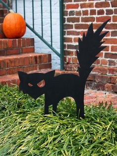 Outdoor Halloween Decorations: Create an arched-back black cat cut-out for your front yard to give trick-or-treaters a fright. Learn how >  #Halloween #craft #frontyard