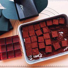 「#얼그레이생초콜릿 코코아가루 굴려서 탈탈 털어 포장하는듕...#생초콜릿#초콜릿#チョコ#手作り#生チョコ#アールグレイ#生チョコレート#ラッピング#チョコレート#おうち時間#homemade#chocolate#wrapping」