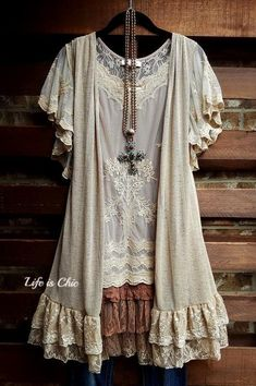 If you really also prolonged to be a hippies spirit, be certain you know all the regulations and elegance information on how to wear the boho-chic style fad! Look Boho Chic, Bohemian Style, Ropa Upcycling, Moda Hippie Chic, Look Fashion, Womens Fashion, Fashion Trends, Estilo Hippie, Lace Vest