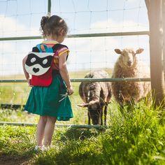 Plecak Mała Panda to kontynuacja projektu Leśni Przyjaciele. Plecak skierowany jest do małych dzieci. Świetnie się sprawdzi w przedszkolu, w podróży czy na placu zabaw. Zmieści ulubioną maskotkę i... Lamb, Backpacks, Memes, Animals, Etsy, Vintage, Design, Animales, Animaux
