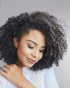 Hair Ideas For The Ladies.Creative ideas with regard to great looking hair. An individual's hair is without a doubt just what can define you as an individual. To a lot of people today it is vital to have a good hair style. Curly Hair Care, Curly Girl, Curled Hairstyles, Cool Hairstyles, Cabelo 3c 4a, Hair Shrinkage, Pelo Afro, Natural Hair Styles, Long Hair Styles