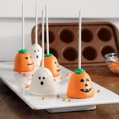 halloween cake pops Mauschbaugh- i think i like the other pumpkins better but these ghosts are super cute! halloween cake pops Mauschbaugh- i think i like the other pumpkins better but these ghosts are super cute! Halloween Brownies, Halloween Cake Pops, Halloween Desserts, Hallowen Food, Halloween Goodies, Easy Halloween, Holidays Halloween, Halloween Treats, Halloween Party