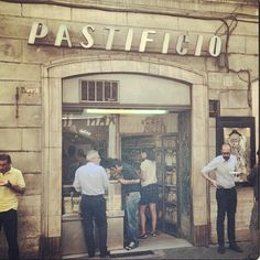 Stand-up pasta bar near the Spanish Steps in Rome, Italy. Image by @sebnailin
