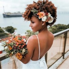 See GORGEOUS wedding hairstyles for Black women, cute Bridal updo hairstyles for natural hair that look pretty with natural wedding makeup. Black Brides Hairstyles, Afro Wedding Hairstyles, Afro Hairstyles, Gorgeous Hairstyles, Cabello Afro Natural, Pelo Natural, Long Natural Curls, Boda Multicultural, Natural Hair Wedding
