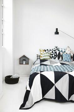 Un dessus de lit fort original, qui apporte beaucoup de chaleur à cette pièce.
