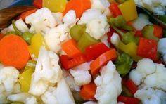 Giardiniera di verdure sott'aceto - Ricetta per preparare in casa facilmente la giardiniera di verdure sott'aceto, fatta con carote, sedano, cipolline, fagiolini, cavolfiore e peperoni;è ottima come contorno o per l'antiapsto