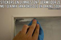 Verwijder sticker- en lijmresten met een mengsel van kokosolie en baking soda.