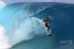仏領ポリネシア・タヒチ(Tahiti)島のチョープー(Teahupoo)で開催された世界プロサーフィン連盟(ASP)の男子ワールドツアー「ビラボン・プロ・タヒチ(Billabong Pro Tahiti)」で技を競う、ブラジルのミゲール・プポ(Miguel Pupo)選手(2014年8月19日撮影)。(c)AFP/GREGORY BOISSY ▼22Aug2014AFP|バトル繰り広げるサーファーたち、タヒチでプロサーフィン大会 http://www.afpbb.com/articles/-/3023730