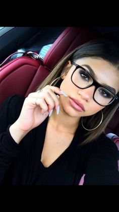 Zendaya Coleman (the actress, singer and dancer) is big on hair. Her hair is always changing. Moda Zendaya, Zendaya Mode, Zendaya Style, Zendaya Swag, Zendaya Hair, Zendaya Coleman, Cute Glasses, Girls With Glasses, Glasses Frames