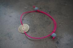 Einfache zarte Armbänder selbst machen. DIY Tutorial für pinkes Armband mit gold