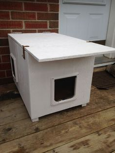 Cat House (for the Winter and for Feral Cats) Foto de Cat House (para el invierno y para gatos salvajes) Feral Cat Shelter, Feral Cat House, Feral Cats, House For Cats, Kitty House, Tabby Cats, Cat Shelters For Winter, Heated Cat House, Outside Cat House