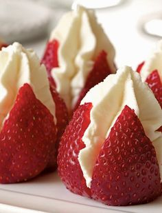 """Bobby Flay Brunch Recipes Strawberries Filled with """"Clotted"""" Cream, a delicious cheat using whipped cream and silky mascarpone cheese. Perfect for brunch or afternoon tea! The post Bobby Flay Brunch Recipes & Essen & Anrichten appeared first on Food . Clotted Cream, Wipped Cream, Whipped Cream Desserts, Brunch Recipes, Breakfast Recipes, Dessert Recipes, Easter Recipes, High Tea Recipes, Snacks"""
