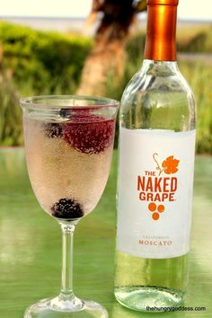 Moscato & Berry Wine Spritzers for #MoscatoMonday or any day! #hgeats Wine Drinks, Alcoholic Drinks, Cocktails, Wine Down, Fine Wine, Summer Drinks, Happy Hour, Cheers, Sprite Zero