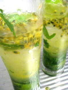 Un limón, cortado en 8 partes  15 hojas de hierbabuena ó menta  4 cucharaditas de sirope ó azúcar al gusto  120 ml de vodka  Agua carbonatad...