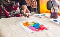 Com a tinta molhada, jogue um pouco de sal grosso por toda a extensão da pintura. Foto: Edu Cesar