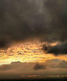 Escrita celeste #manhasperfeitasblog #céu #sky #amazingsky #wordsinthesky #dramaticsky #p3top #igers #igersportugal #peoplecreative #portugal_passion #portugalcomefeitos #portugalemfotos #portugalemclicks #fotoscomefeitos #fevereiro #17fevereiro2017 #oh_mag #olhoportugues #tripeportugues #bomregisto #fotos #landscape #pictureshow #pictureday