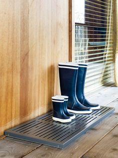 Die Schuhablage DRIP mit granitfarbener, körniger Oberfläche ist die ideale Lösung für erdverklebte Wanderschuhe, tropfnasse Gummistiefel & Co. Design: Schönbuch Team