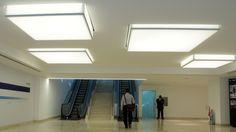 O novo lobby do prédio da Fundação Getúlio Vargas, no RJ conta com luminárias em telas Tensoflex translúcidas, com iluminação em LED branco. Projeto: Marcelo Possidonio Veja outras soluções envolvendo telas tensionadas em www.tensoflex.com.br