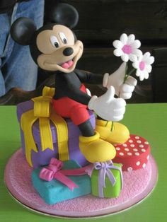 Bolo Do Mickey Mouse, Mickey And Minnie Cake, Mickey E Minie, Mickey Cakes, Minnie Mouse Cake, Mickey Mouse Birthday, Fondant Figures, Fondant Cakes, Cupcake Cakes