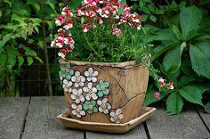 květináč+hranatý-bílozelené+kyti-na+objednávku!!!+šamotový+květináč-obal+/cena+ bez+podmisky/+ 444,-+s+podmikou+499,- +/ barevnost+květů,+si+můžete+určit+sami/+v 16x16+cm+je+vhodný+do+bytu+i+na+ven.+je+šamotový+a+pálen+na+vysoký+stupeň+tento+dekor+vám+můžu+udělat+i+na+jiné+kousky+z+mého+obchůdku+ Hand Built Pottery, Slab Pottery, Pottery Bowls, Ceramic Pottery, Ceramic Planters, Planter Pots, Cement Flower Pots, Concrete Pots, Sgraffito