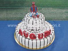 Torta con Spiderman di pasta di zucchero e Ragnatela di isomalto  http://www.latavolozzadeisapori.it/ricette/torta-con-spiderman-di-pasta-di-zucchero-e-ragnatela-di-isomalto/