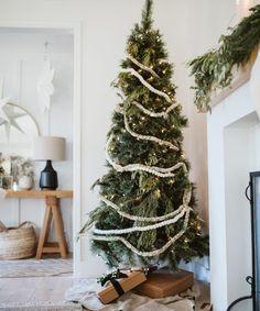 holiday home decor inspiration - beautiful christmas tree Natural Christmas, Cozy Christmas, Beautiful Christmas, All Things Christmas, Simple Christmas, Christmas Holidays, Happy Holidays, Minimal Christmas, Rustic Christmas